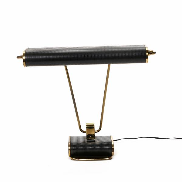 Eileen Gray: Table lamp of patinated brass and black lacquered metal decorated with grooves. Manufactured mid 1940s by Jumo.