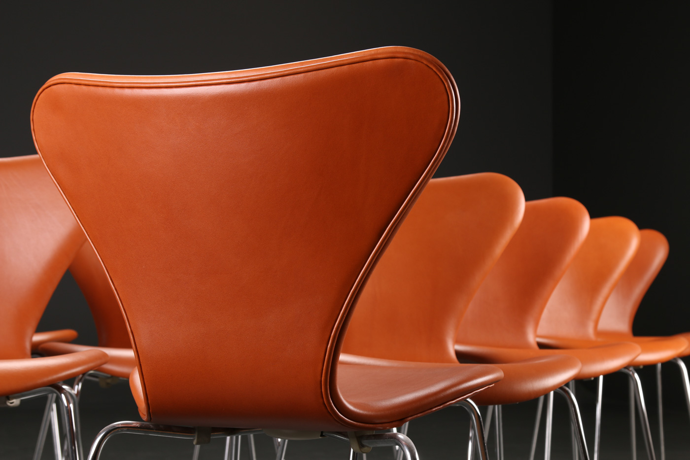 Arne Jacobsen. 12 Series 7 chairs, model 3107, cognac leather (12)