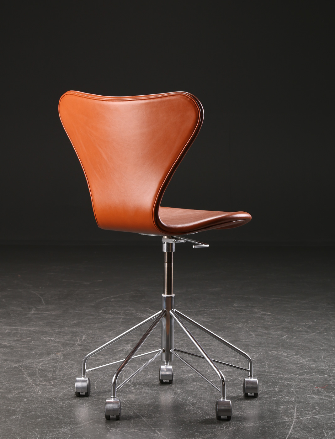 Arne Jacobsen. Office chair, model 3117, cognac leather