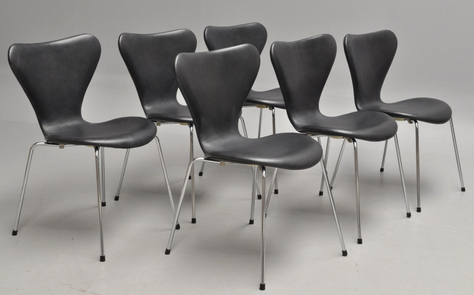 Arne Jacobsen. Six Series 7 chairs, black Calvados leather (6)