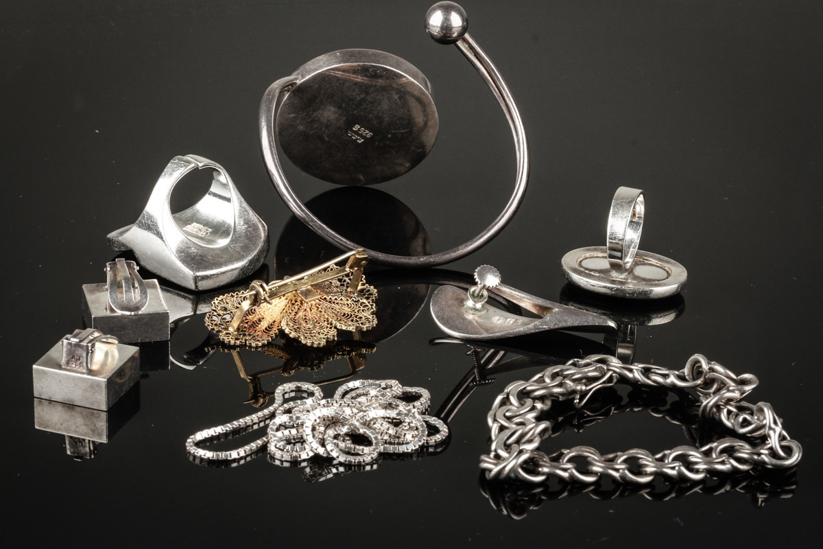 Miscellaneous jewelry of silver 800, 830 and sterling silver 925. (9)