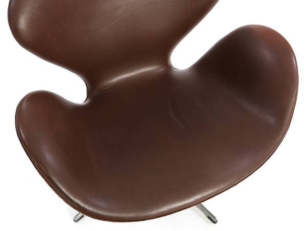"Arne Jacobsen: ""Swan chair"". A pair of swivel chairs with profiled base of aluminium. Upholstered with brown leather. Manufactured by Fritz Hansen, 1971. (2)"