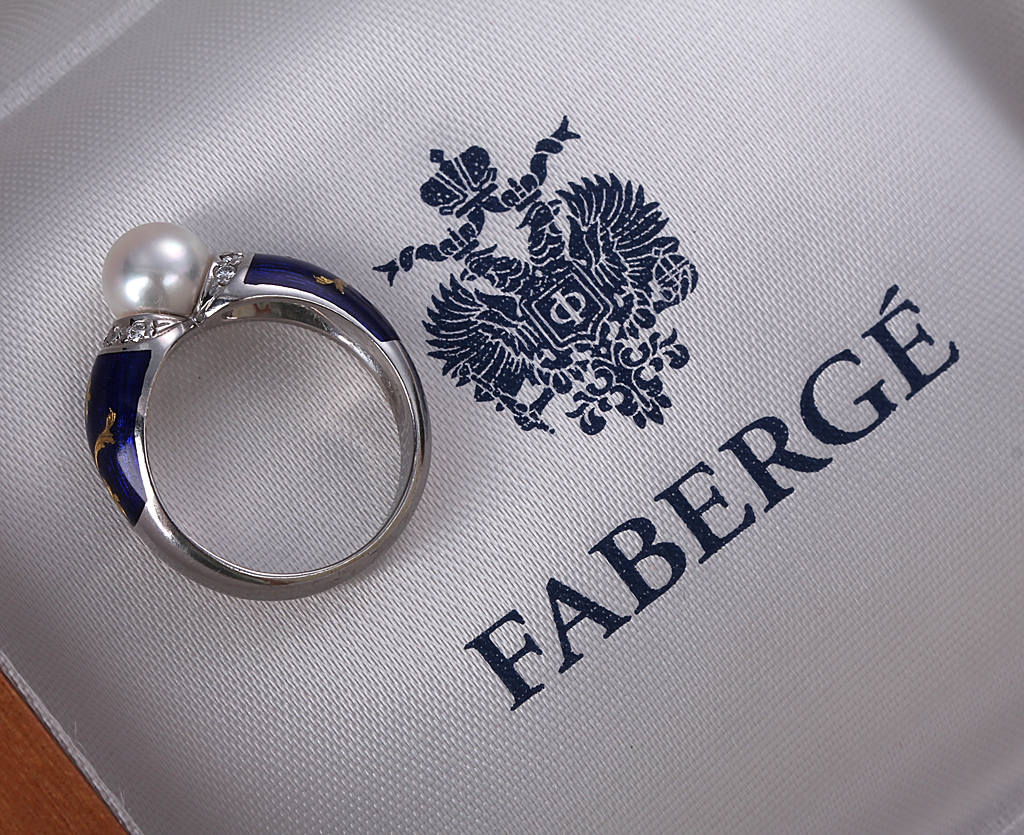 Fabergé. Diamond Ring 18 kt. white gold with pearl, blue enamel and diamonds, ca. 1990