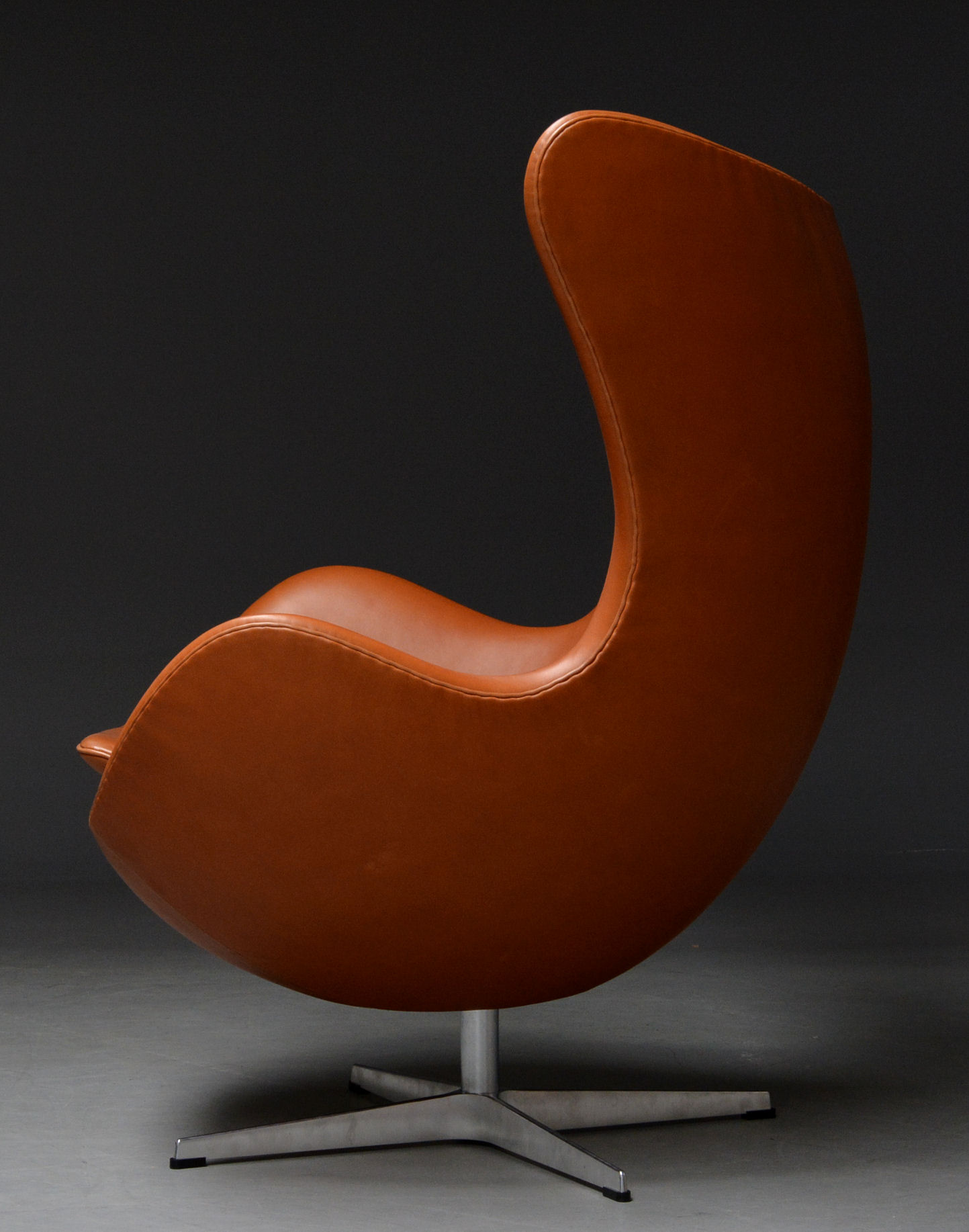 Arne Jacobsen: Lounge chair with tilt function Egg - 'Elegance' leather. 'Brown Label' from 2014