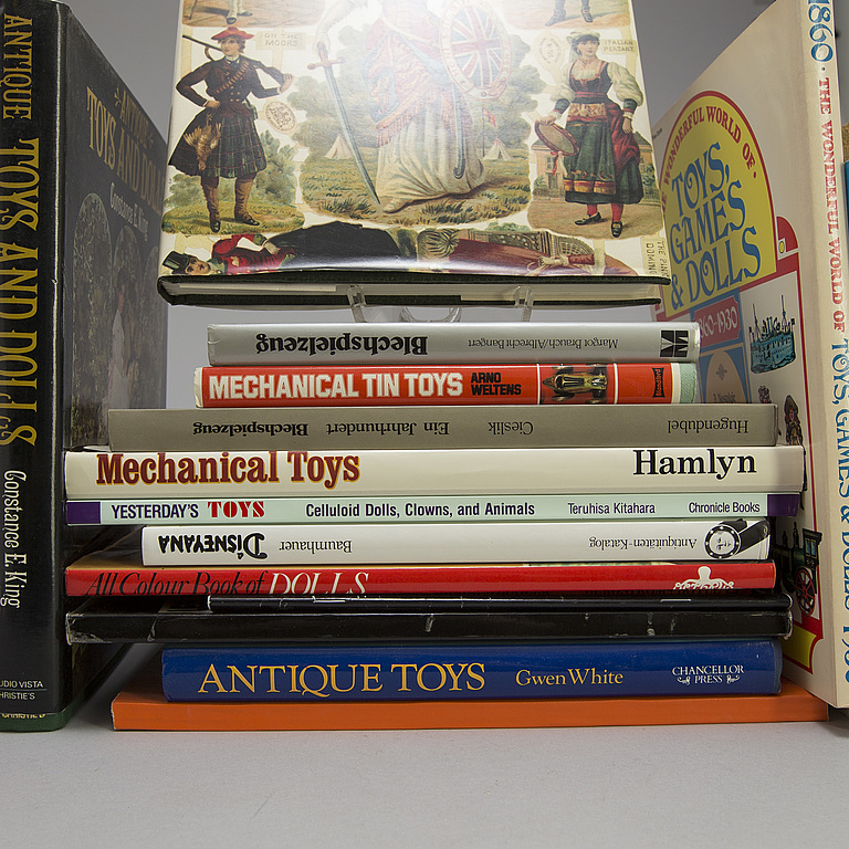 BOOKS ABOUT TOYS. 26 pieces, 1900 the second half.