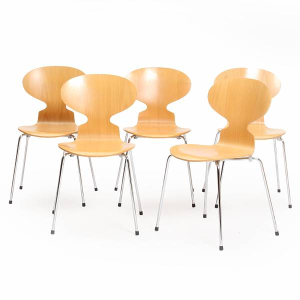 Arne Jacobsen: A set of five chairs with four chromed steel legs, laminated beech shells. Manufactured by Fritz Hansen, 1996. (5)