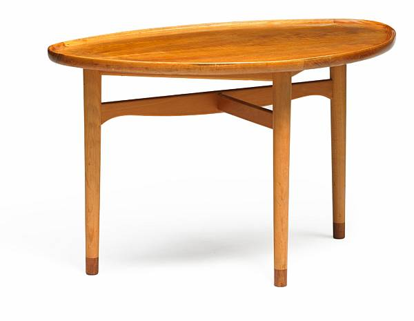 Finn Juhl: Coffee table with teak top and raised edges. Mounted on three-legged beech frame with teak shoes. Manufactured by Bovirke