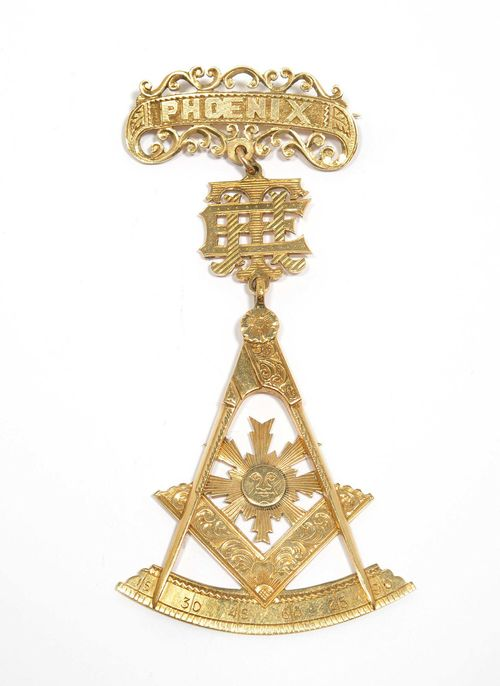 """FREEMASON BROOCH, 1919. Yellow gold 375, 12g. Decorative, finely engraved pendant with square and compasses and sun, flexibly mounted on a ligature monogram """"TE"""" and on a brooch with banner and inscription of the """"Phoenix"""" lodge. The back engraved and dated 1919. L ca. 10 cm."""