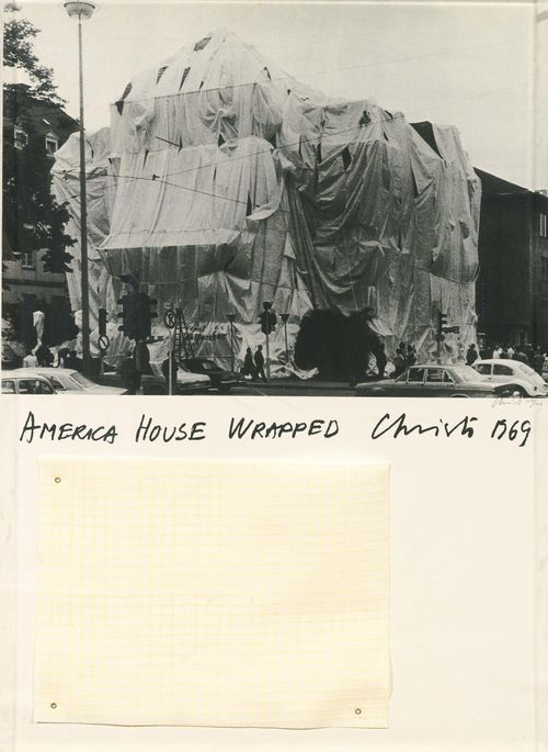 CHRISTO (JAVACHEFF) (Gabrovo, Bulgaria 1935 - lives and works in New York) America House Wrapped. 1969. Silkscreen and collage made of polyethylene. 114/200. Signed under the image right: Christo. Sheet size 90 x 62.7 cm on vellum by Schoellershammer (with the blindstamp). Published by Edition Staeck, Heidelberg. Printed by Druckerei Ebner, Aglasterhausen. Catalogue raisonné: Schellmann/Benecke, no. 28.