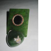 UNE BOITE ET UN MIROIR : - une boite à pillules de forme oignon en jad
