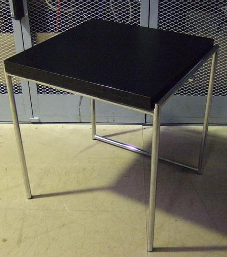 (D'après EILEEN GRAY). Une table déployable, piétement en tube d'acier chromé, Edition Ecart International. Dim. : 74 x 69 x 64 cm.