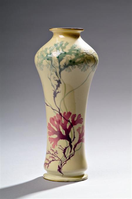 SÈVRES(Manufacture Nationale de) Petit vase balustre à épaulement en porcelaine, à décor émaillé d'algues rouges et vertes, sur fond jaune, filets or en bordure. Porte des cachets 'Sèvres 1903' 'Décoré à Sèvres en 1909', 'Décorateur Mimard'. Haut. 23,6cm