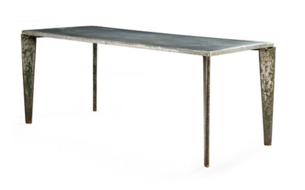 Jean PROUVÉ (1901-1984) Grande table rectangulaire, modèle 'Flavigny 504', 1951. Piétement formé d'éléments triangulaires en tôle d'acier plié anciennement laqué vert, structure tubulaire sous l'entablement en double Y, plateau en sapin recouvert d'une feuille d'aluminium. Haut. 75,5cm - Larg. plateau : 80cm - Larg. piétement : 85cm - Long. plateau : 180, 5cm - Long. piétement : 182, 5cm