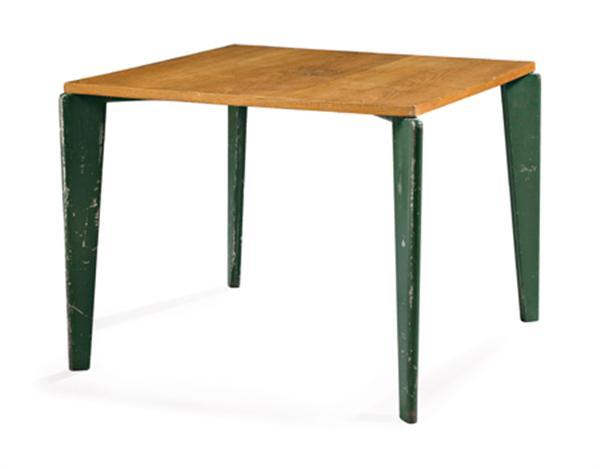 Jean PROUVÉ (1901-1984) Table carrée à structure métallique laquée vert sapin, piétement tronconique méplat formé de lames d'aluminium plié, entretoise en X sous le plateau, formée d'éléments métalliques cylindriques, plateau carré en placage de chêne. Le piétement forme crosses débordantes dans les angles du plateau. Haut. 73,5cm - Plateau. 95 x 94,5cm Larg. max. 98cm