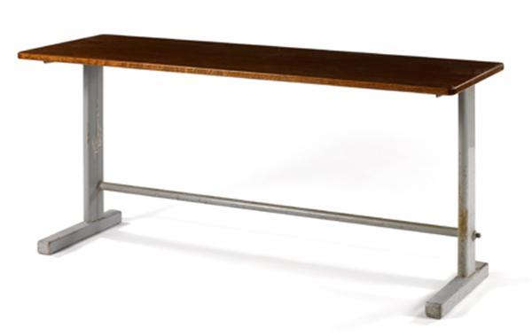 JEAN PROUVÉ (1901-1984) Table 'Cité n°500', circa 1953, piétement en tôle laquée gris formant T asymétrique, soutenant un plateau rectangulaire en placage de frêne reverni. HAUT. 72 CM - LONG. 150 CM - PROF. 53 CM