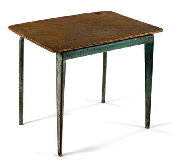 Jean PROUVÉ (1901-1984) Table maternelle, 1948, piétement métallique laqué vert formé de deux éléments pliés en triangle soutenant un large cylindre relié à deux éléments tubulaires coudés, formant piétement avant, plateau rectangulaire en contreplaqué arrondi dans les angles, découpe circulaire permettant d'accueillir un encrier. Haut. 47,5cm - Larg. 55cm - Prof. 40cm
