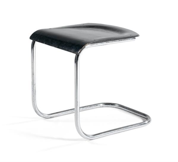 Marcel BREUER (1902-1981) Tabouret 'B8', à structure métallique tubulaire chromée, formant X stylisé appareillé à la base, d'où s'élèvent deux arcatures réunies par une entretoise courbe, assise tendue d'une toile piquée sellier. Haut. 46cm - Larg. 45cm - Prof. 45cm
