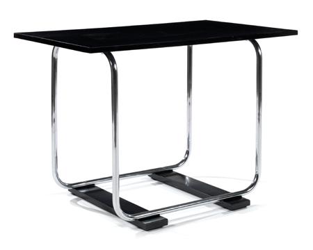 Marcel BREUER (attribué à) Table moderniste, piétement tubulaire chromé, formant arcature s'élevant de deux lames formant rails en bois laqué noir, plateau rectangulaire en bois laqué noir. Haut. 73,7cm - Long. 105cm - Larg. 60,6cm