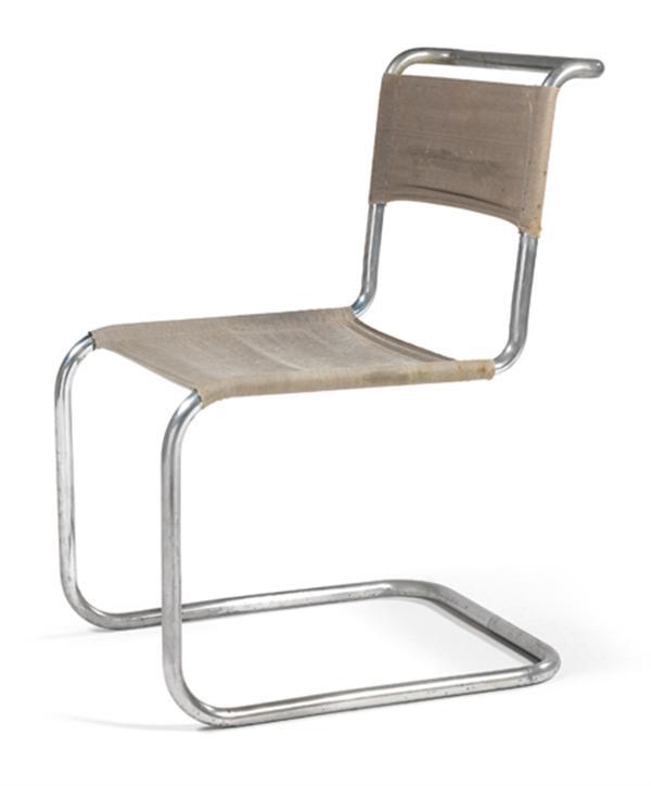 MARCEL BREUER (1902-1981) & THONET (Éditeur) Chaise 'B33', circa 1928, à structure métallique tubulaire nickelée formant d'un seul tenant, un U pour la base d'où s'élancent les montants avant se prolongeant pour former le soutien d'assise et se réunissant à l'arrière du dossier, assise et dossier tendus d'une toile grise. Pastille 'Thonet'. Haut. 83cm - Larg. 50cm -  Prof. 60cm