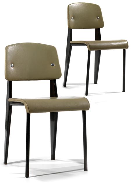 JEAN PROUVÉ (1901-1984) Paire de chaises 'Standard', à structure en tôle pliée, laquée noir, piétement avant cylindrique et profilé aile d'avion à l'arrière, assise formant crosse vers l'avant et dossier bandeau recouverts de skaï gris-vert, rehauts d'éléments métalliques apparents en aluminium permettant la fixation du dossier et de l'assise. Haut. 80cm - Larg. 42cm - Prof. 45cm