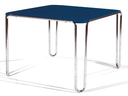 Marcel BREUER (1902-1981) & THONET (Éditeur) Table 'B10', circa 1928-1935, structure tubulaire métallique chromée, piétement d'angle formant U allongés et ceinture formés d'un seul tenant, plateau en contreplaqué laqué bleu. Haut. 66,5cm - Plateau : 93,5 x 93,5cm