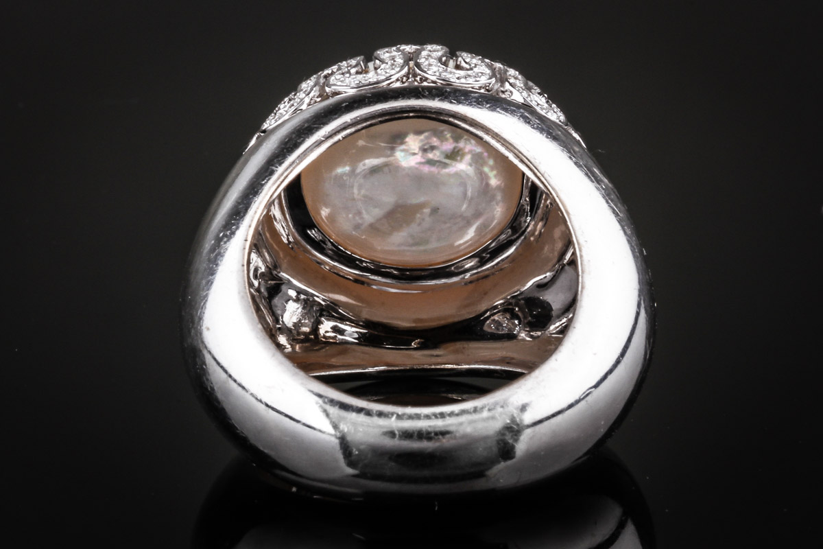 Gianni Versace. Mabe pearl and diamond ring, white gold 18 kt.