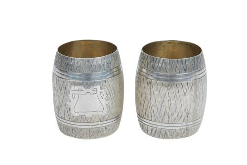 A PAIR OF RUSSIAN TROMPE LOEIL SILVER VODKA CUPS IN THE FORM OF WOODEN BARRELS, IVAN SVESHNIKOV, MOSCOW, CIRCA 1874