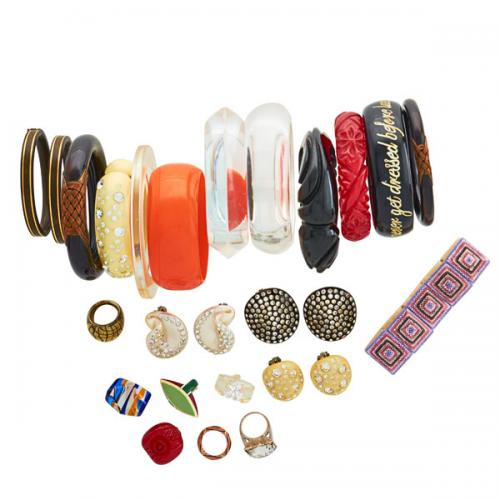 COLLECTION OF PLASTIC, BAKELITE OR ORGANIC JEWELRY