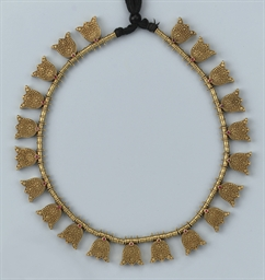 AN ANTIQUE INDIAN GOLD NECKLACE