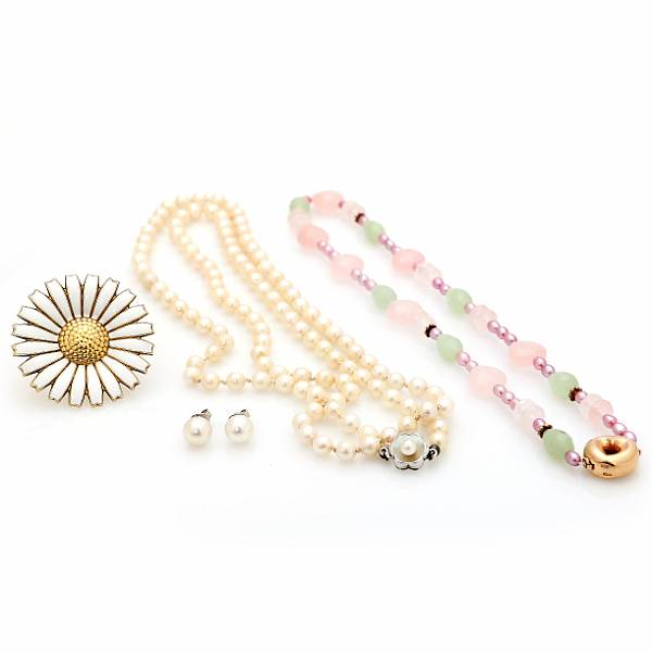 Per Borup, Georg Jensen, m.fl.: A jewellery collection comprising two necklaces, a Daisy brooch and a pair of earstuds, respectively of silver and 14k gold. (6)