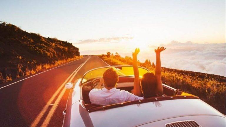 Imagem de casal em carro na estrada - contratar os serviços