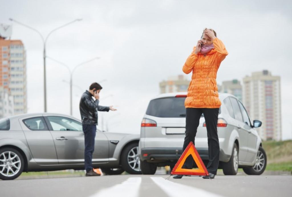 Imagem de pessoas em celular em batida de carros