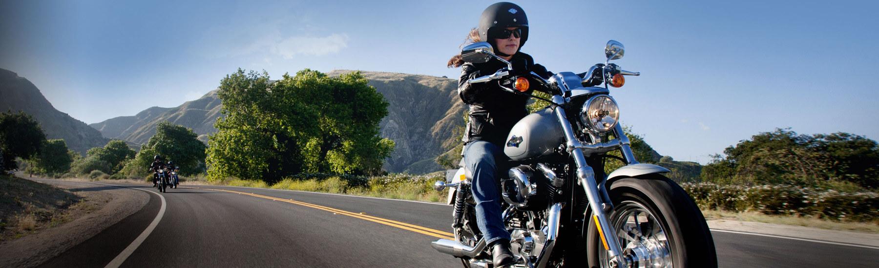 Imagem de homem andando de moto