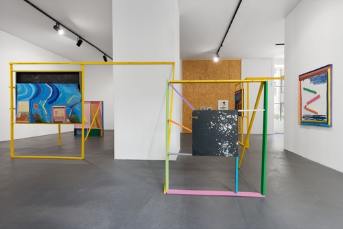 20160924160436-chris_johanson_imperfect_reality_with_figures_and_challenging_abstraction_installation_view_2016_the_conversation_berlin_01