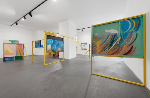 20160924160603-chris_johanson_imperfect_reality_with_figures_and_challenging_abstraction_installation_view_2016_the_conversation_berlin_04