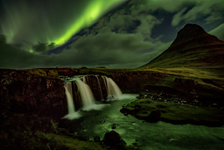 20161112222549-northen_lights_over_mt__kirkjufell-1