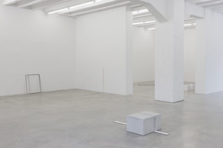 20170119102457-marcius_galan__fernanda_gomes__goran_petercol__site__specific__objects__exhibition_view__galerija_gregor_podnar__berlin__2015