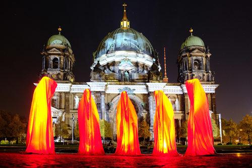 20171222133530-festival-of-lights-berlin-lightart-event-lumina-glow-modern-sculpture-statue-gallery-museum-5724