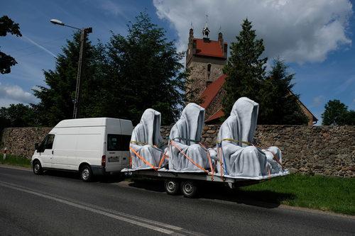 20171222134611-guardians-of-time-manfred-kielnhofer-documenta-biennial-art-biennale-arte-artshow-artfair-lightfest-festival-sculpture-modern-statue-design-fine-art-masterart-6439