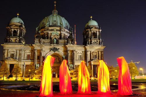 20171222134929-festival-of-lights-berlin-lightart-event-lumina-glow-modern-sculpture-statue-gallery-museum-5792