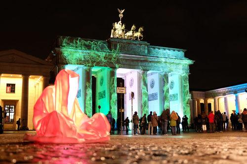 20171222135138-festival-of-lights-berlin-guardians-of-time-manfred-kielnhofer-lumina-light-contemporary-art-design-statue-sculpture-fineart-ghost-faceless-no-face-9450