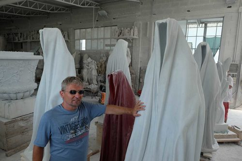 20171222135140-marble-stone-carrara-italy-avantgallery-massimo-galleni-guardians-of-time-manfred-kielnhofer-sculture-modern-design-contemporary-art-fine-arts-statue-7394