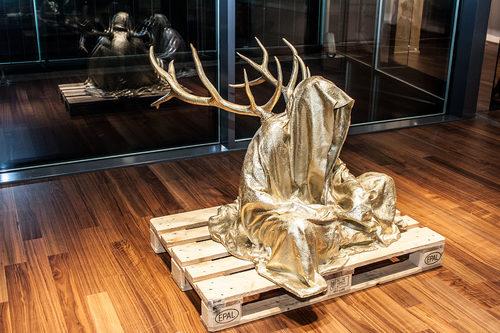 20171222135146-stilwerk-design-tower-vienna-guardians-of-time-by-manfred-kielnhofer-duekouba-designkooperative-contemporary-art-design-sculpture-antique-2820y