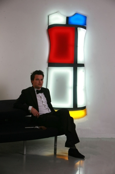 Nicolas_gregoire_seated_in_front_of_his_light_sculpture