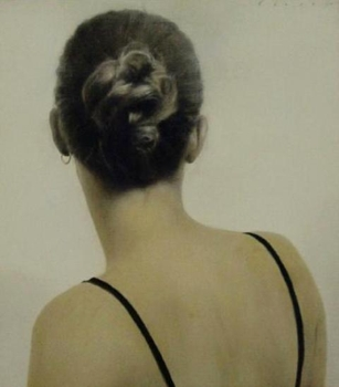 Hair_pinned_backw