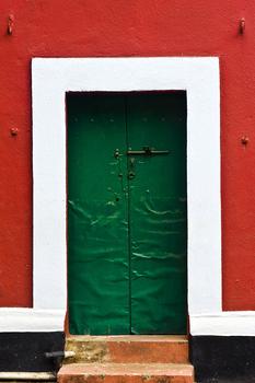 20101104135409-04_knock_on_my_green_door-7353