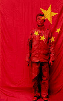 Liu_bolin_hiding_in_the_city_no_26_under_the_flag_1122_54