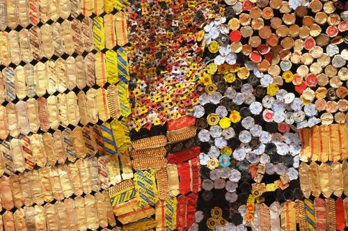 20110228235316-el_anatsui_new_world_map_2010_detail