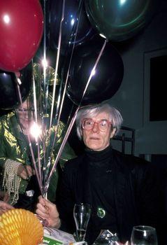 20110302081619-ron_galella_andy_warhol_balloons