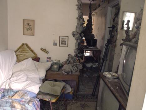 20110409124115-jw_livingroombed_t